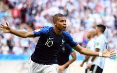 Francia: nazionale femminile di calcio sfrattata da Mbappè e compagni. E' polemica