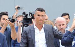 Cristiano Ronaldo atterrato a Torino. In pista 6 jeep ad accoglierlo