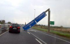 Crolla cartello sulla FI-PI-LI, sfiorate le auto in transito