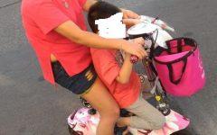 Prato: cinese con bambimo sfreccia su ciclomotorino senza targa e assicurazione. Multa e sequestro
