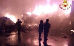 Incendio monti pisani; riprende vigore, in azione mezzi aerei. Brucia anche una discarica