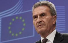 Il commissario Oettinger: «L'Ue respingerà la manovra di bilancio dell'Italia». Salvini: «Le lobbies contro il governo»