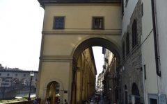 Firenze: turista imbratta il muro sotto al Corridoio vasariano. Denunciata