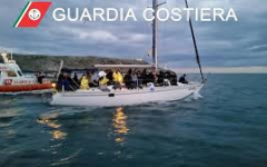 Migranti: 82 iracheni arrivano in Calabria in barca a vela