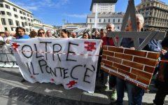 Genova, crollo ponte: commercianti e sfollati in piazza. Toninelli supplica: «Non contestate il decreto»