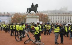 parigi: gilet gialli invadono le strade di Montmartre