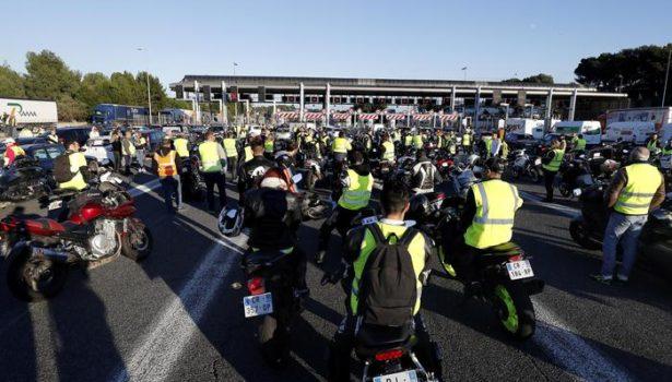 Francia: 300.000 gilet gialli contro Macron, un morto e 227 feriti, sei gravi