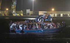 Migranti: sbarcati nella notte tutti i 236 del barcone a Pozzallo. Polemica con Malta