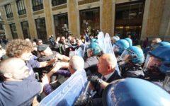 Napoli: Salvini in prefettura, proteste dei centri sociali, un ferito