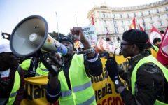 Roma: corteo antirazzista con gilet gialli contro Salvini