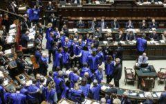 Manovra: Berlusconi lancia la protesta dei gilet azzurri in tutte le piazze