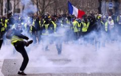 Parigi blindata: 30 feriti, tafferugli e lacrimogeni. Saccheggiati negozi e brasserie