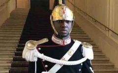 Quirinale: un corazziere di colore accoglie il ministro Salvini
