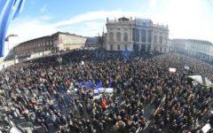 Torino: Si Tav in piazza, sono circa 30.000. Con loro i governatori Chiamparino e Toti, insieme a Martina (Pd)