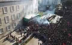 Tirana: opposizione chiede elezioni anticipate e assalta la sede del governo