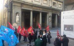 Firenze, musei statali: proteste di dipendenti davanti agli Uffizi per il taglio di posti