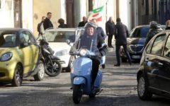 Primarie Pd: Renzi, voto in Vespa. «Chi vince avrà sostegno, non fuoco amico»