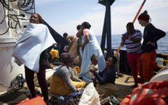Migranti: via libera allo sbarco di 2 donne e 2 bimbi. Salvini: «Non vogliono scendere dalla nave»