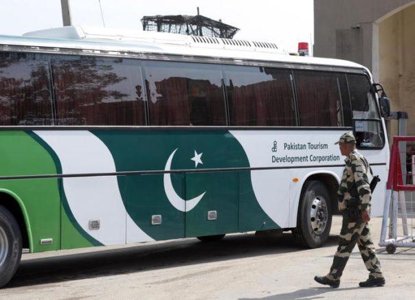 Pakistan: 14 morti nell'assalto di uomini armati a un bus