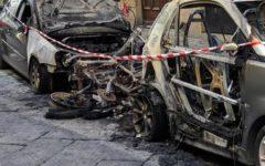 Firenze, incendio in via Sassetti: distrutte due auto, due moto, danni a una banca