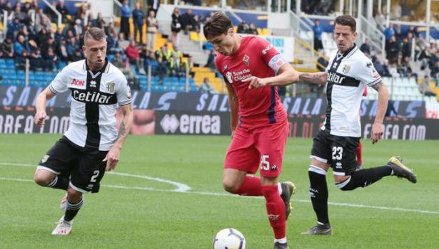 Fiorentina sull'orlo della serie B. Battuta anche a Parma (1-0). Montella espulso, rischia la squalifica. Pagelle