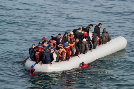 Alarm Phone. barca con 40 migranti in difficoltà in acque maltesi