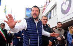 Salvini querela un candidato Pd di Pavia che aveva postato l'immagine sua e di Mussolini a testa in giù