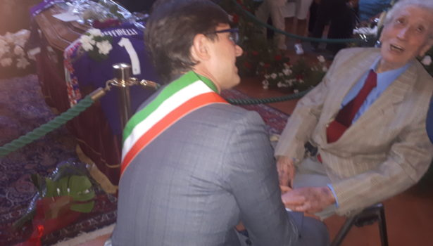 Zeffirelli: Joe Barone deposita sul feretro la maglia della Fiorentina. Le lacrime di Narciso Parigi