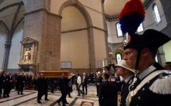 I funerali di Zeffirelli in Duomo, oltre mille persone salutano il regista