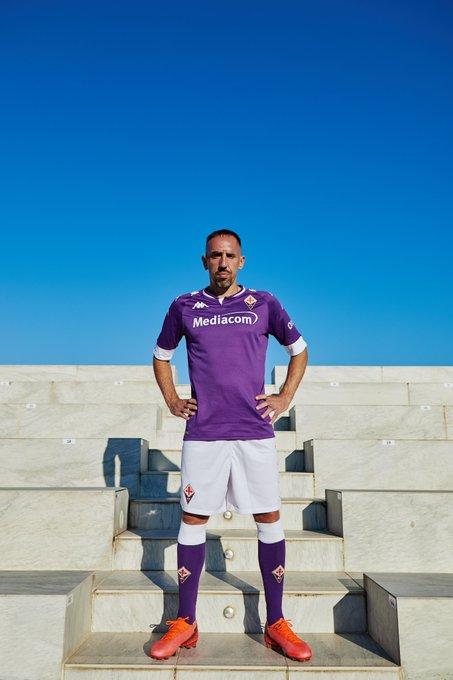 Fiorentina: ecco la nuova maglia. Ribery il modello. Oggi il ...